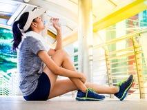 Jong vrouwen drinkwater na training Royalty-vrije Stock Foto's