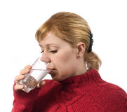 Jong vrouwen drinkwater van glas Stock Fotografie
