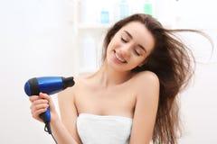 Jong vrouwen drogend haar na douche royalty-vrije stock foto
