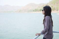 Jong vrouwen eenzaam ogenblik die bekijkend landschap op boot bevinden zich voorzijde Stock Foto