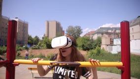 Jong vrouwen speelspel die VR-Helm voor slimme telefoons gebruiken Virtueel ruimte, vergroot werkelijkheidsapparaat stock footage