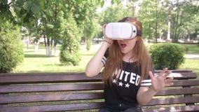 Jong vrouwen speelspel die VR-Helm voor slimme telefoons gebruiken Virtueel ruimte, vergroot werkelijkheidsapparaat stock video