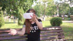 Jong vrouwen speelspel die VR-Helm voor slimme telefoons gebruiken Virtueel ruimte, vergroot werkelijkheidsapparaat stock videobeelden
