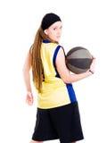 Jong vrouwen speelspel met basketbal Stock Foto's