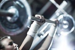 Jong vrouwengewichtheffen stock afbeeldingen
