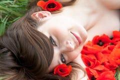 Jong vrouwengezicht in bloemen Royalty-vrije Stock Foto's