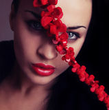 Jong vrouwengezicht met rode lippen en dwarsriem Stock Foto
