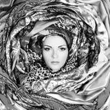 Jong vrouwengezicht met sjaals royalty-vrije stock fotografie