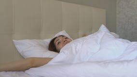 Jong vrouwenkielzog omhoog in bed stock video