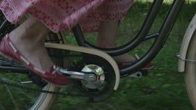 Jong vrouwenmeisje op fiets stock video