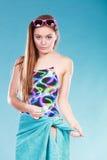 Jong vrouwenmeisje in zwempak met handdoek Royalty-vrije Stock Foto