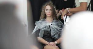 Jong vrouwenmodel op hoofdklasse voor de kleuring van het balayagehaar stock footage