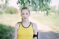 Jong vrouwenportret in de kleren van de sport Stock Afbeeldingen