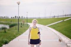 Jong vrouwenportret in de kleren van de sport Stock Foto