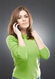 Jong vrouwenportret met telefoon Royalty-vrije Stock Afbeelding
