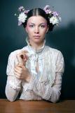 Jong vrouwenportret met verse bloemen in haar Stock Fotografie