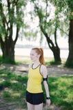 Jong vrouwenportret in sport` s kleren Stock Fotografie