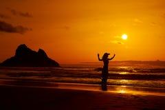 Jong vrouwensilhouet op het strand in de zomer royalty-vrije stock afbeeldingen