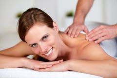 Jong wijfje dat een ontspannen massage ontvangt bij een kuuroord Stock Afbeeldingen
