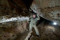 Jong wijfje die caver hol neerschrijven royalty-vrije stock foto