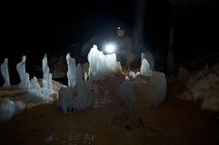 Jong wijfje die caver hol neerschrijven stock foto's