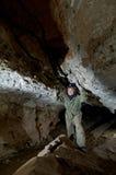 Jong wijfje die caver hol neerschrijven royalty-vrije stock afbeeldingen