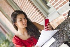 Jong wijfje die haar mobiele telefoon met behulp van aan tekst Stock Fotografie