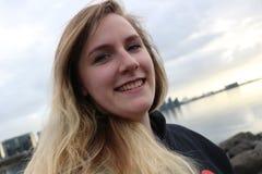 Jong wijfje met blauwe ogen en mooie glimlach, openluchtportretschoten Op de leeftijd van benadrukte 20-25, Kaukasisch en blonde Royalty-vrije Stock Fotografie
