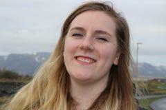 Jong wijfje met blauwe ogen en mooie glimlach, openluchtportretschoten Op de leeftijd van benadrukte 20-25, Kaukasisch en blonde Stock Afbeeldingen