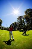 Jong wit mannelijk golfspeler rood overhemd Stock Fotografie