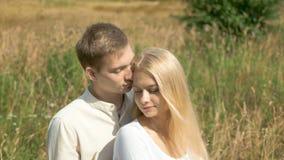 Jong wit paar op datum De kerel streelt zacht zijn meisje Zij sluit haar ogen stock video