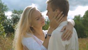 Jong wit paar op datum Het meisje streelt zacht haar vriend stock video