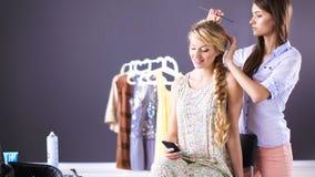 Jong woman hairdresser do hairstyle meisje in salon Stock Foto