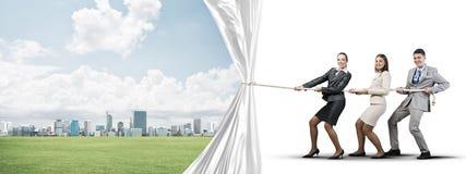 Jong zakenlui dat in samenwerking werken en witte reclamebanner trekken stock illustratie