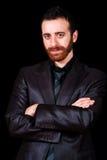 Jong zakenmanportret op een zwarte achtergrond Royalty-vrije Stock Foto's