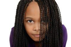 Jong zwart kind met vlechten over gezicht stock afbeeldingen