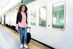 Jong zwarte die op de trein wachten royalty-vrije stock afbeeldingen