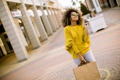 Jong zwarte met krullend haar in het winkelen royalty-vrije stock fotografie