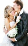 Jonge aanbiddelijke bruid en bruidegom Royalty-vrije Stock Foto's