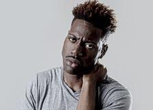 Jonge aantrekkelijke afro Amerikaanse zwarte mens die in droevige en vermoeide gezichtsuitdrukking uitgeput kijken royalty-vrije stock afbeeldingen