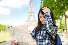 Jonge aantrekkelijke Aziatische die toerist in Parijs wordt verloren royalty-vrije stock afbeeldingen