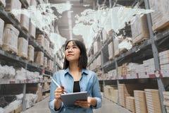 Jonge aantrekkelijke Aziatische managervrouw die, plukken, replemishment, die inventaris ontvangen opslagpakhuis bekijken in pakh royalty-vrije stock foto's