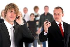 Jonge aantrekkelijke bedrijfsmensen die 1 spreken Royalty-vrije Stock Foto's