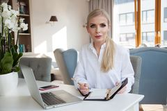 Jonge aantrekkelijke bedrijfsvrouw in bureau royalty-vrije stock afbeeldingen
