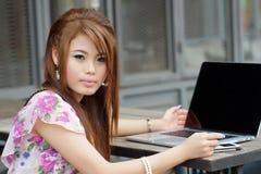 Jonge aantrekkelijke bedrijfsvrouw die aan haar laptop bij openlucht werken Stock Foto's