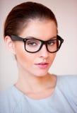 Jonge aantrekkelijke bedrijfsvrouw met glazen royalty-vrije stock foto's