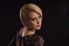 Jonge aantrekkelijke blond over donkere achtergrond Royalty-vrije Stock Afbeelding