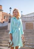 Jonge aantrekkelijke blonde vrouw blootvoets in Rome Stock Fotografie