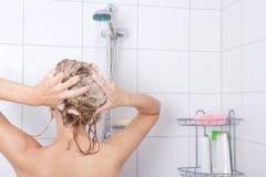 Jonge aantrekkelijke blondievrouw die een douche nemen Royalty-vrije Stock Afbeeldingen