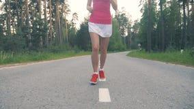 Jonge aantrekkelijke dame tijdens joggingtraining Steadicam, langzame motie stock footage